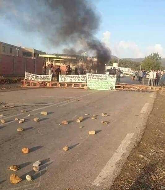 Bouira :Des villageois ferment le siège de l'APC d'Ain El Hadjar et la RN 18 L'express DZ