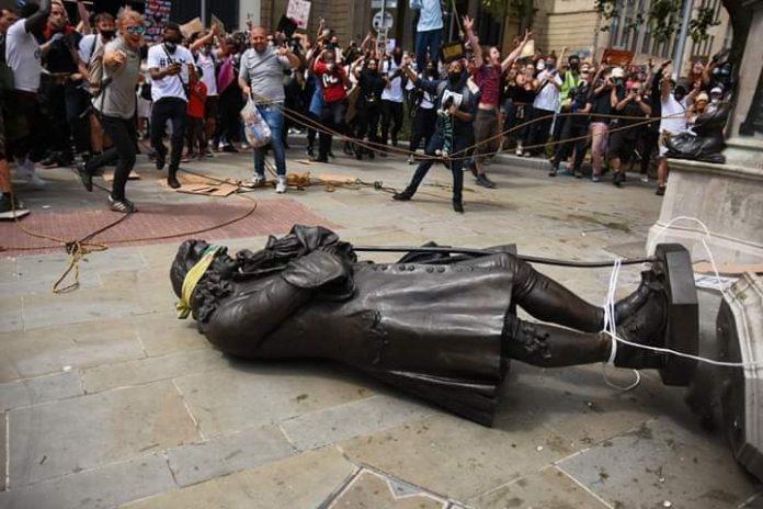 Affaire George Floyd: Une statue d'un négrier jetée à terre au Royaume-uni